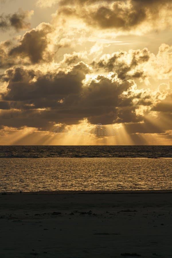 Salida del sol en la playa de la tribulación del cabo imagenes de archivo