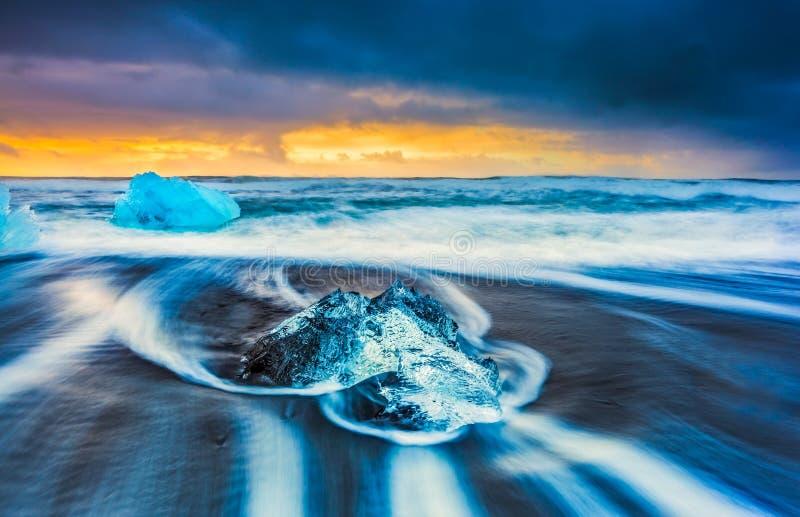Salida del sol en la playa del diamante, cerca de la laguna del jokulsarlon, Islandia fotografía de archivo