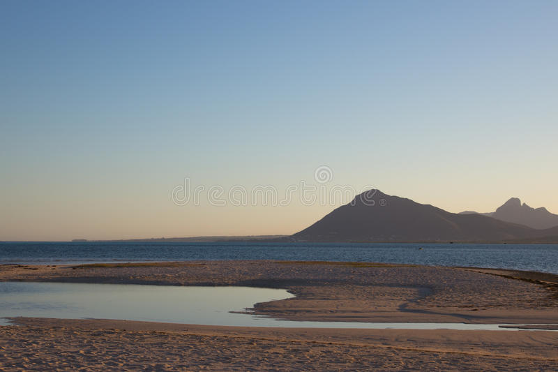 Salida del sol en la playa en Mauricio imagen de archivo
