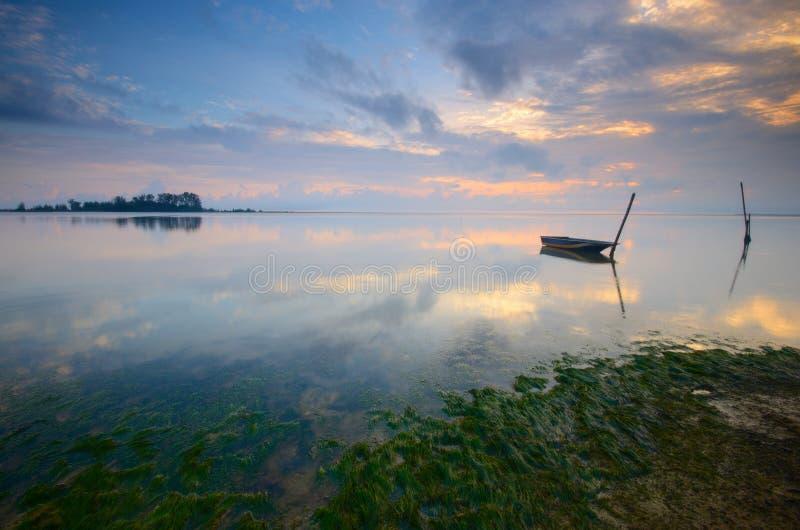 Salida del sol en la playa jubakar, tumpat Kelantan, Malasia fotografía de archivo libre de regalías