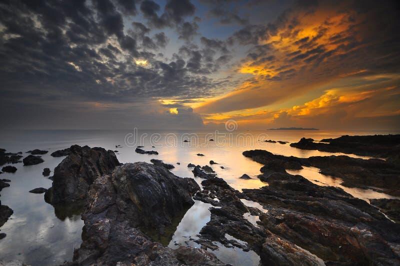 Salida del sol en la playa Malasia de Pandak fotos de archivo