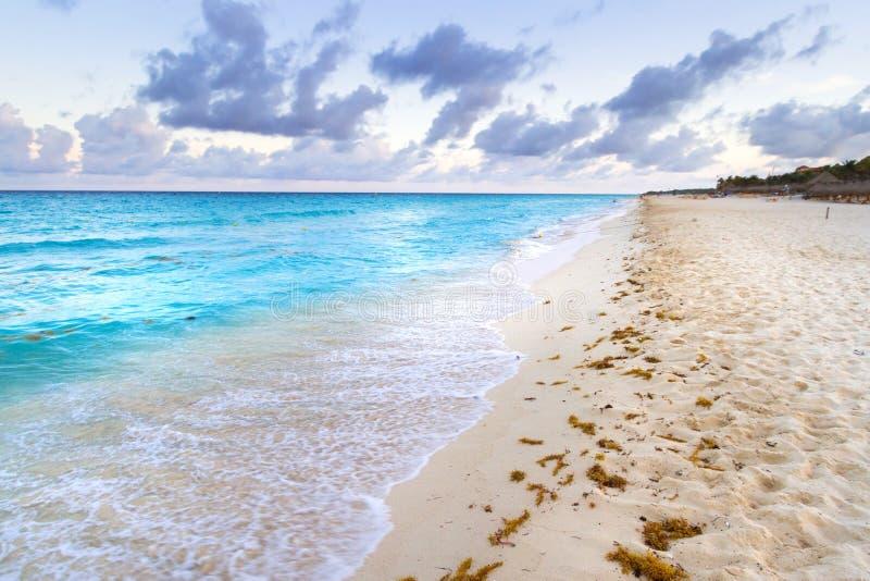 Salida del sol en la playa del mar del Caribe imagen de archivo