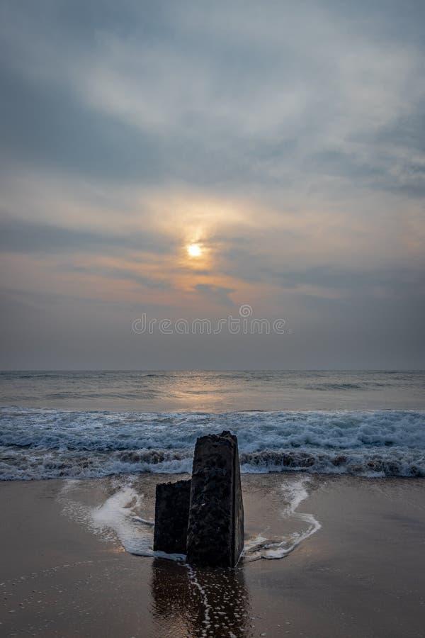 Salida del sol en la playa del mar fotos de archivo