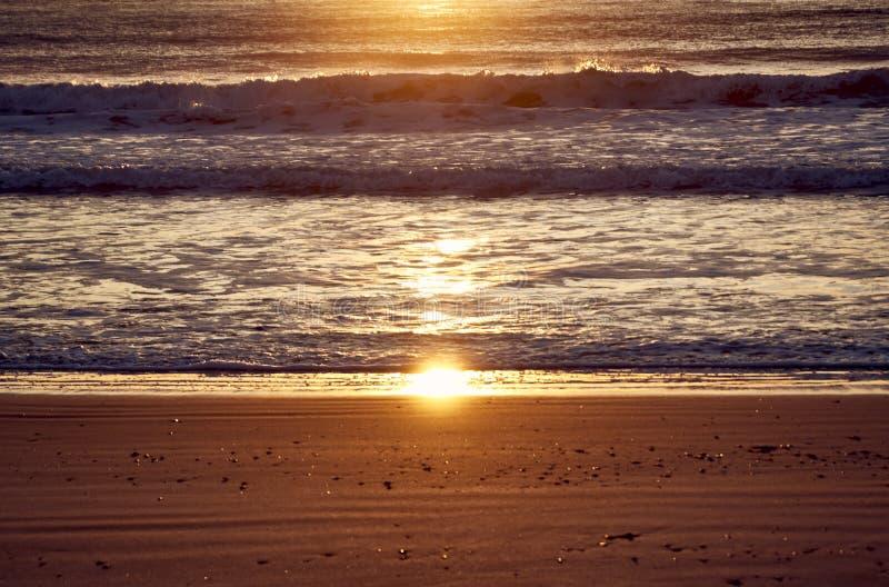 Salida del sol en la playa imagen de archivo libre de regalías