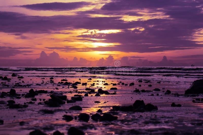 Salida del sol en la playa en Tailandia Púrpura y naranja fotos de archivo