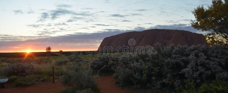 Salida del sol en la roca Australia de Uluru Ayers foto de archivo libre de regalías