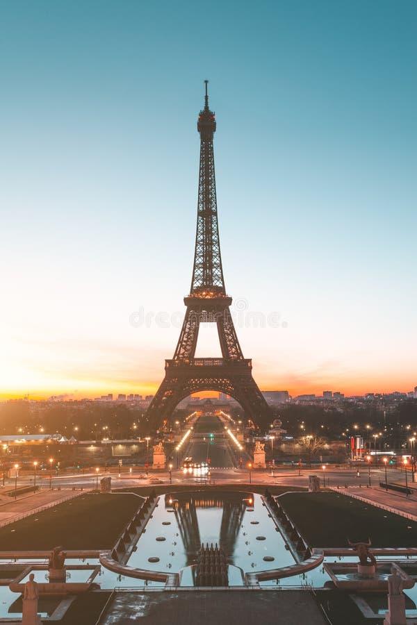 Salida del sol en la torre Eiffel París, Francia imagenes de archivo