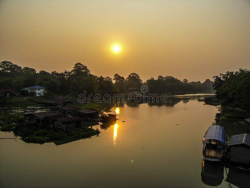 Salida del sol en la vida del río foto de archivo