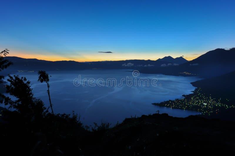 Salida del sol en Lago Atitlan, Guatemala foto de archivo libre de regalías