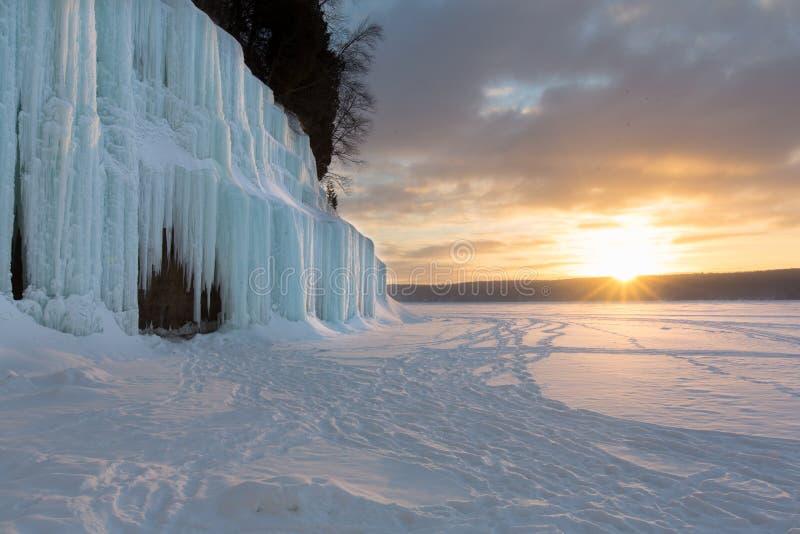 Salida del sol en las cortinas magníficas del hielo de la isla - el lago Superior foto de archivo libre de regalías