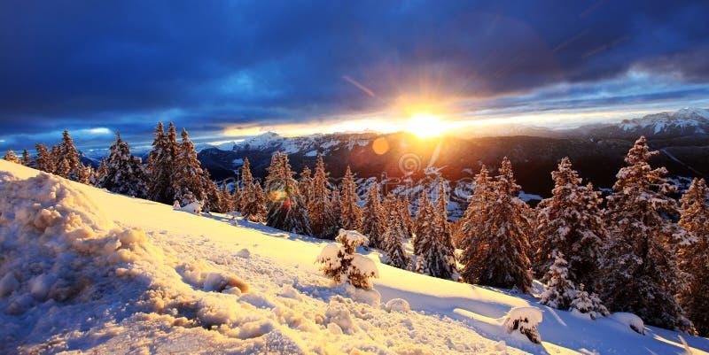 Salida del sol en las montañas fotos de archivo