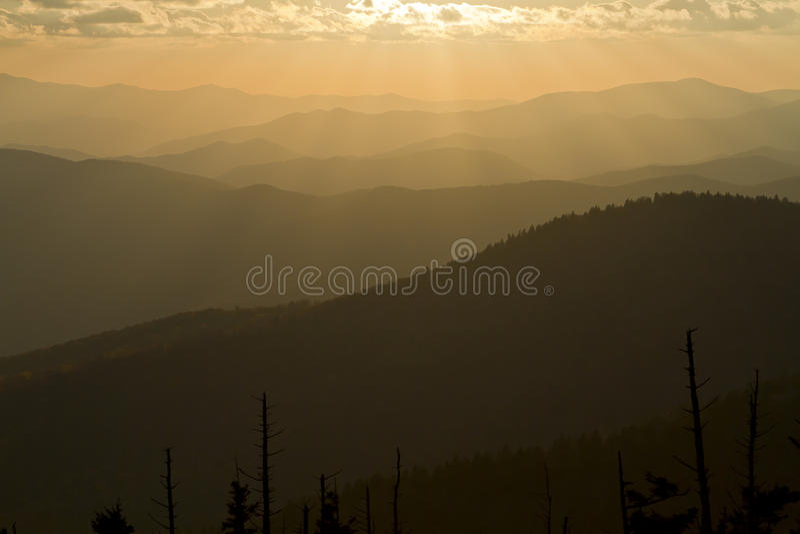 Salida del sol en las montañas ahumadas foto de archivo