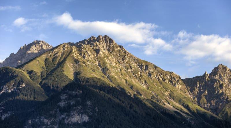 Salida del sol en las montañas en las montañas austríacas foto de archivo libre de regalías