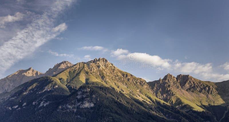 Salida del sol en las montañas en las montañas austríacas imagen de archivo