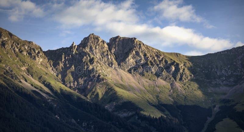 Salida del sol en las montañas en las montañas austríacas fotos de archivo