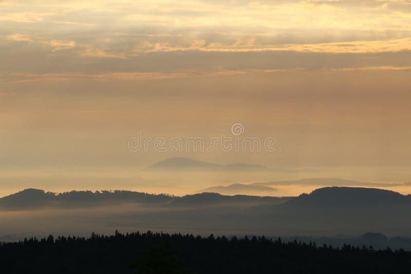 Salida del sol en las montañas - colinas en niebla de la mañana imágenes de archivo libres de regalías