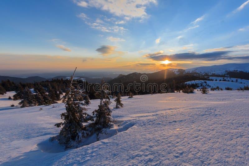 Salida del sol en las montañas de Ciucas, Rumania imagen de archivo libre de regalías