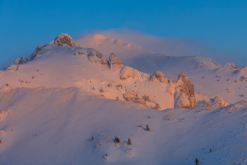 Salida del sol en las montañas de Ciucas, Rumania imágenes de archivo libres de regalías