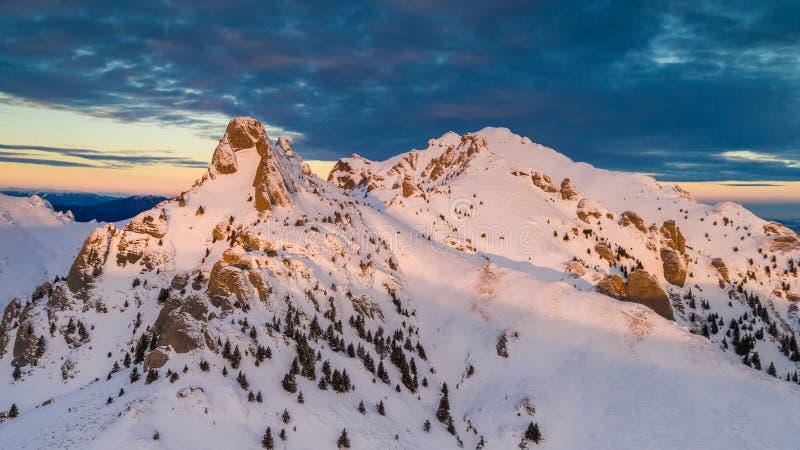 Salida del sol en las montañas de Ciucas, Rumania fotografía de archivo libre de regalías