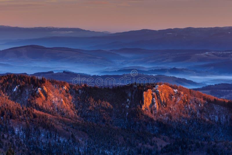 Salida del sol en las montañas de Ciucas, Rumania foto de archivo libre de regalías