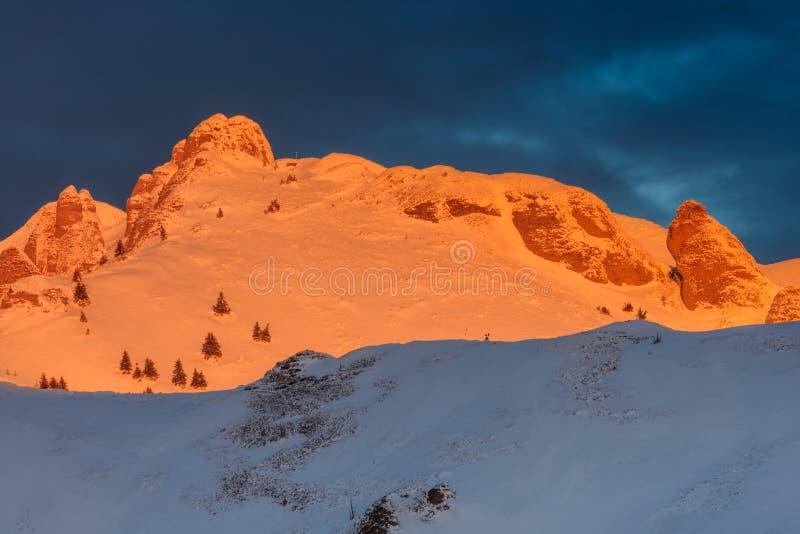 Salida del sol en las montañas de Ciucas, Rumania foto de archivo