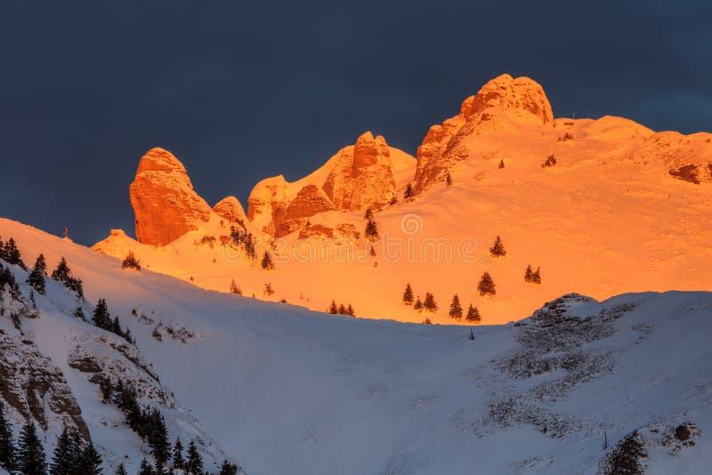 Salida del sol en las montañas de Ciucas, Rumania fotos de archivo libres de regalías