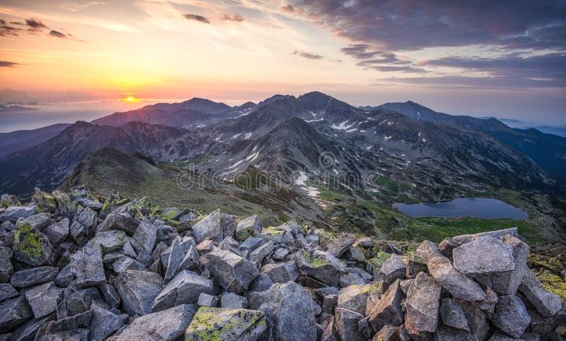 Salida del sol en las montañas de Retezat fotografía de archivo