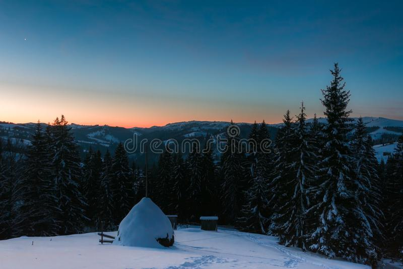 Salida del sol en las montañas de un invierno fotografía de archivo