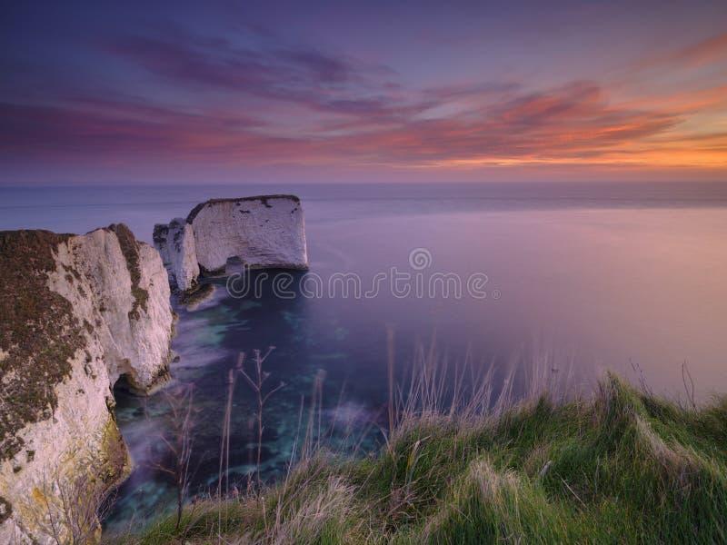 Salida del sol en las rocas de viejo Harry, Studland, Dorset, Reino Unido fotos de archivo libres de regalías