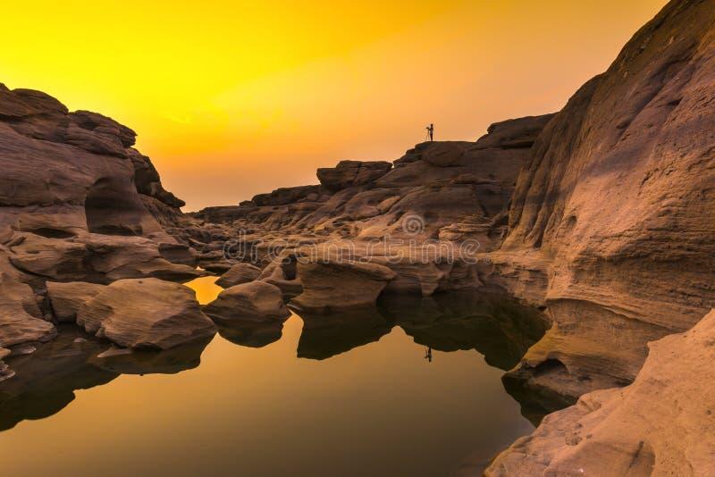 Salida del sol en las rocas, Sam Phan Bok foto de archivo libre de regalías