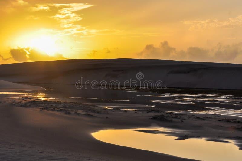 Salida del sol en Lencois Maranheses, el Brasil fotos de archivo