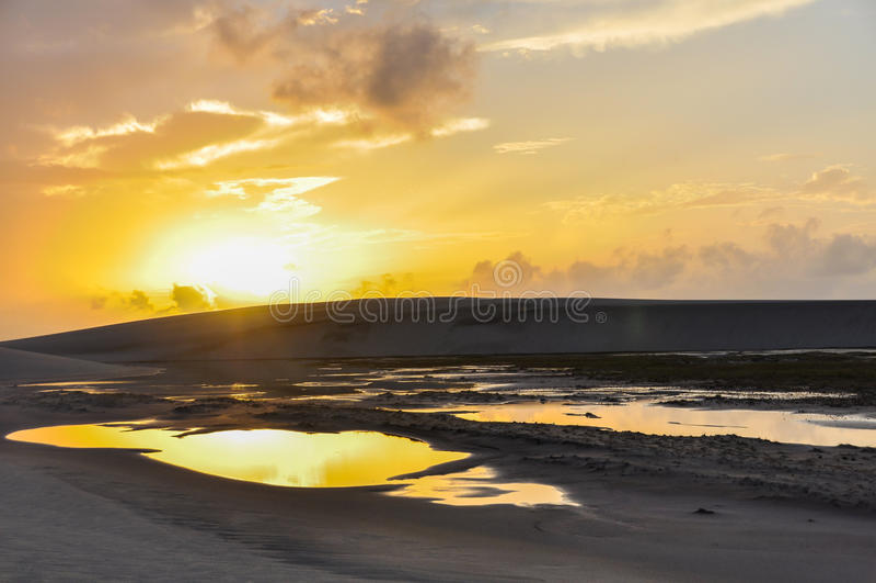 Salida del sol en Lencois Maranheses, el Brasil imagenes de archivo
