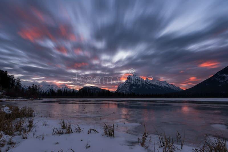 Salida del sol en los lagos bermellones/Canadá imagen de archivo