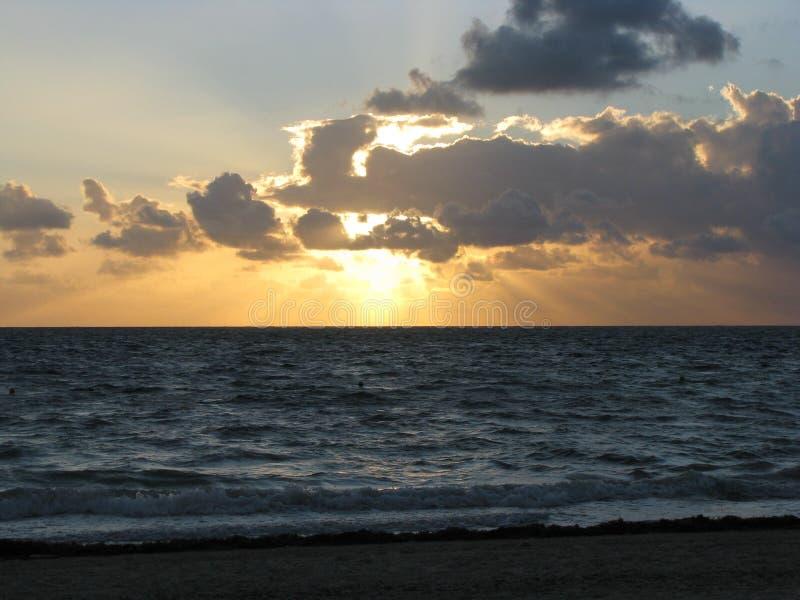 Salida del sol en México en la playa foto de archivo