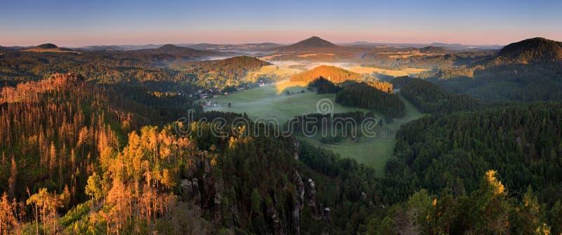 Salida del sol en montaña hermosa fotos de archivo libres de regalías