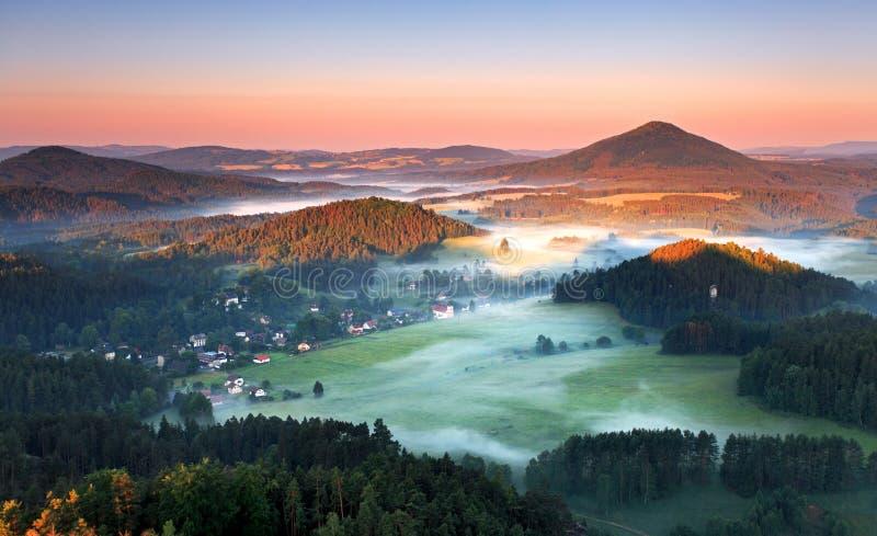 Salida del sol en montaña hermosa imagen de archivo libre de regalías