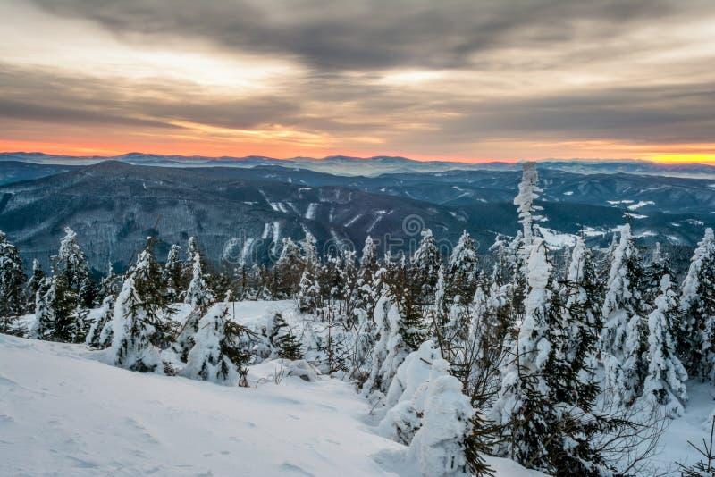 Salida del sol en montañas nevosas fotos de archivo