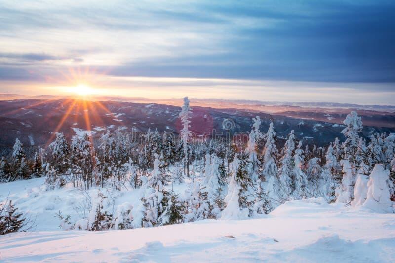 Salida del sol en montañas nevosas fotos de archivo libres de regalías