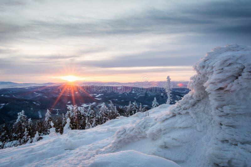 Salida del sol en montañas nevosas imágenes de archivo libres de regalías