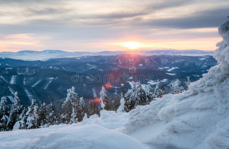 Salida del sol en montañas nevosas imagen de archivo libre de regalías