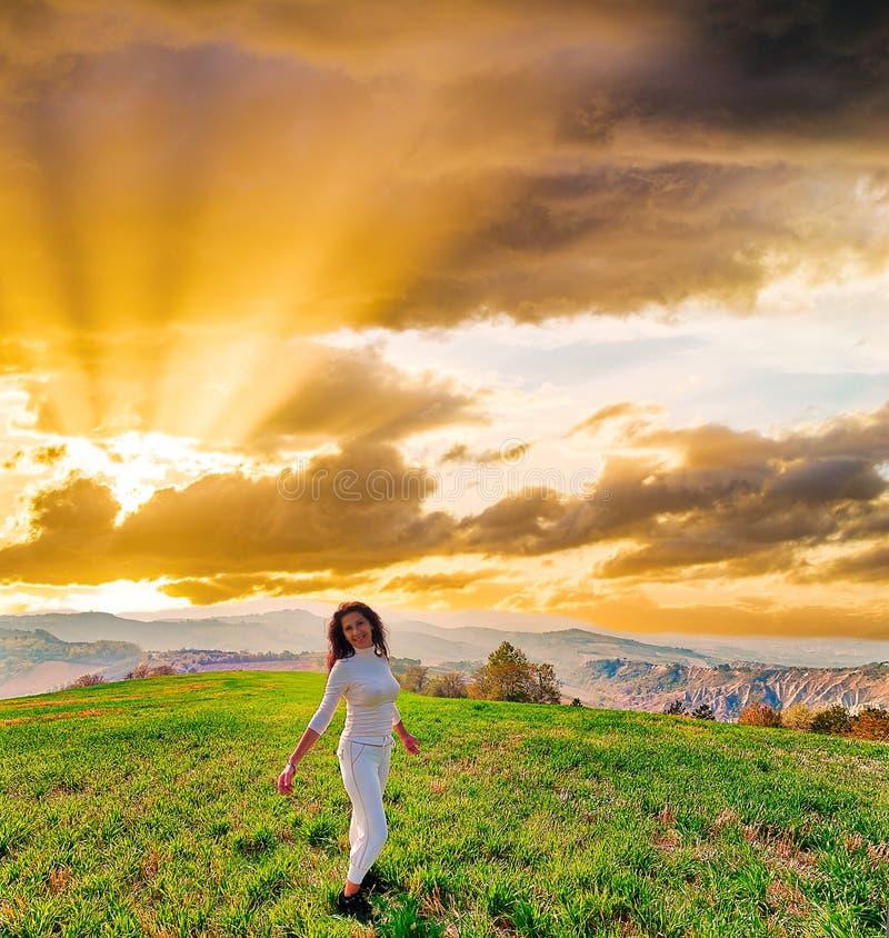 Salida del sol en mujer menopáusica magnífica en la colina fotos de archivo libres de regalías