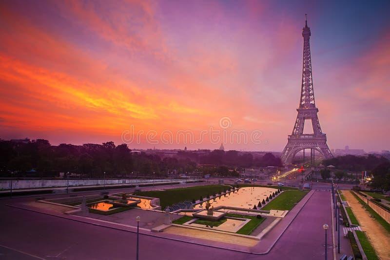 Salida del sol en París, con la torre Eiffel fotografía de archivo libre de regalías