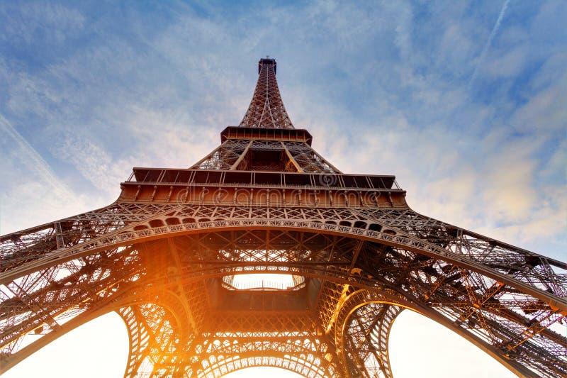Salida del sol en París, con la torre Eiffel imagen de archivo libre de regalías