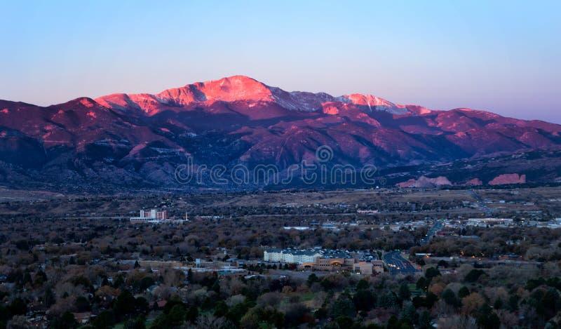 Salida del sol en pico de los lucios sobre Colorado Springs, Colorado fotos de archivo