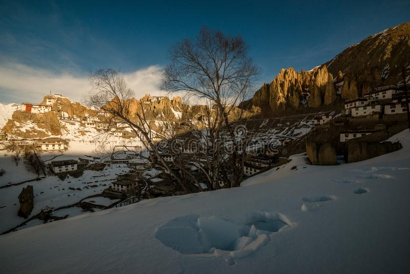 Salida del sol en pueblo Himalayan en valle de la montaña durante salida del sol Paisaje natural del invierno imagen de archivo