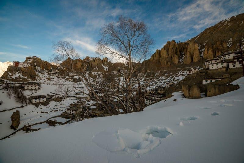 Salida del sol en pueblo Himalayan en valle de la monta?a durante salida del sol Paisaje natural del invierno imagen de archivo libre de regalías