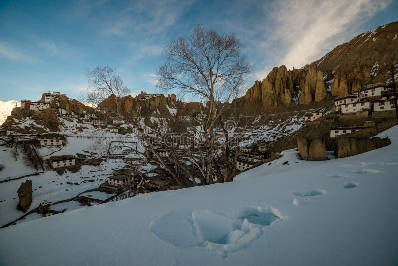 Salida del sol en pueblo Himalayan en valle de la monta?a durante salida del sol Paisaje natural del invierno fotos de archivo