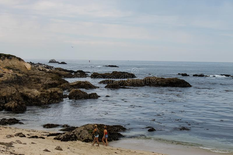 Salida del sol en Rocky Monterey Ca, imagen de archivo libre de regalías