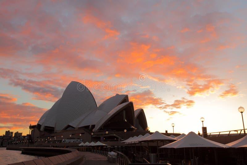 Salida del sol en Sydney en el teatro de la ópera imagenes de archivo