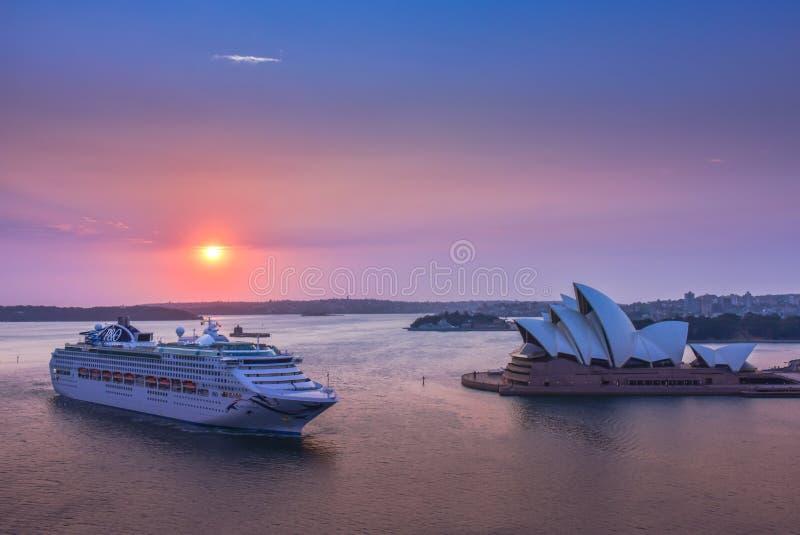 Salida del sol en Sydney Opera House imagenes de archivo